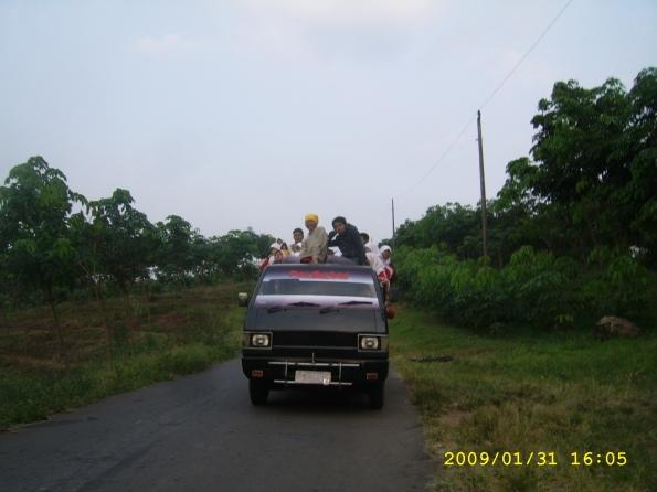Kami ke Petung naik bis lho....? Iya bis,, bis....sapi! :D